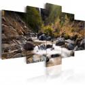 Obraz Wodospad pośrodku dzikiej natury